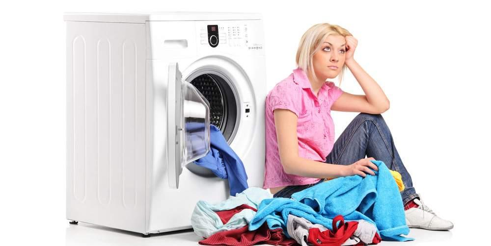 imagem de mulher aborrecida, com sua máquina de lavar quebrada